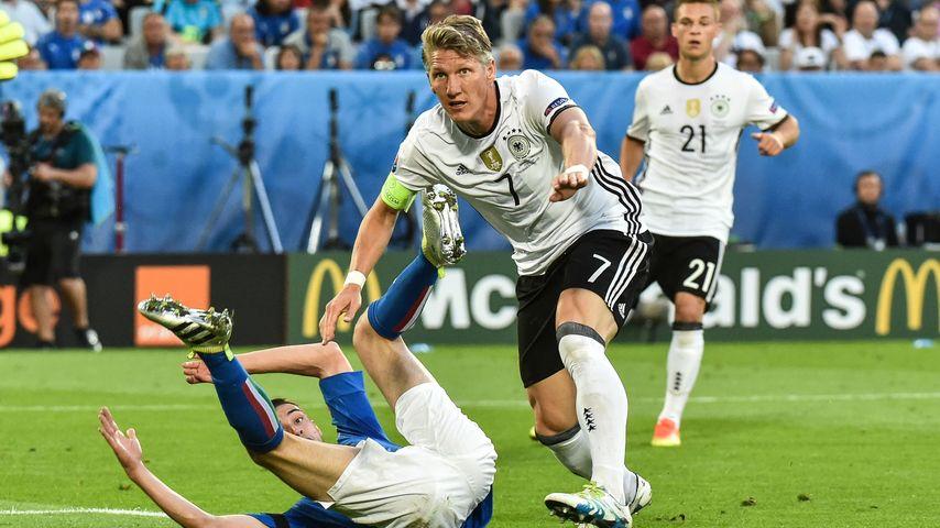 Bastian Schweinsteiger verursacht gegen Frankreich bei der EM 2016 einen Elfmeter