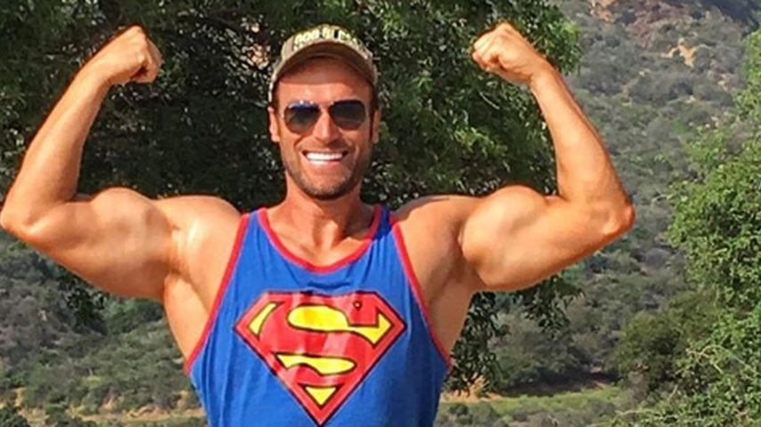 Bastian Yotta posiert vor dem Hollywood-Zeichen
