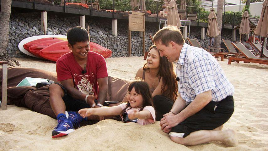 Bauer Josef mit den Kindern seiner Frau Narumol