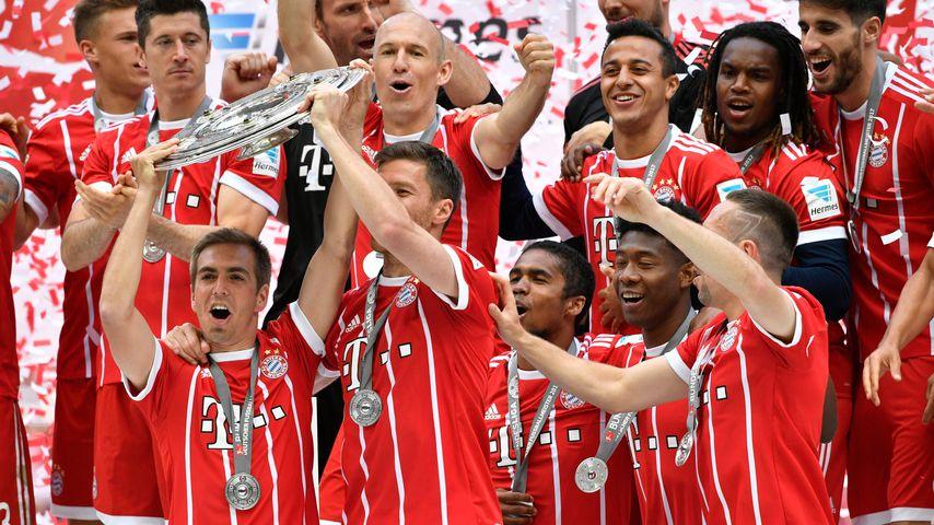 FC Bayern München mit Meisterschale