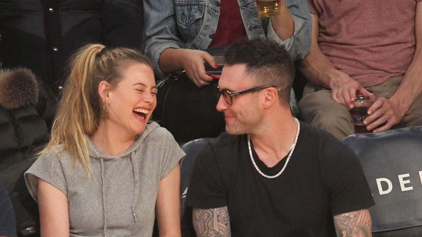 Behati Prinsloo und Adam Levine im Staples Center in Los Angeles