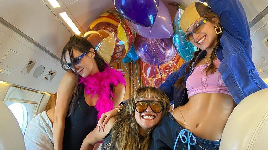 Bella Hadid mit ihren Freunden im Flugzeug