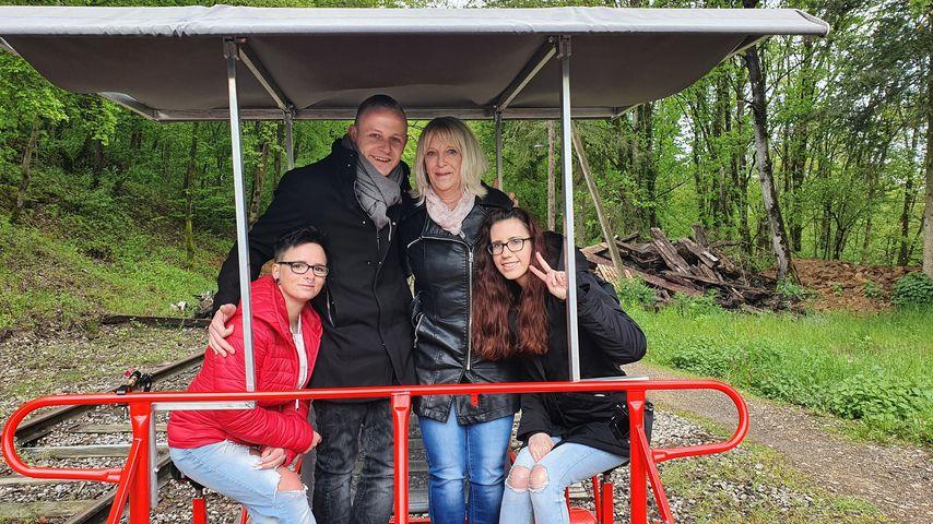 Ben mit seiner Mutter Mireille und seinen Bewerberinnen Katharina und Kimberly