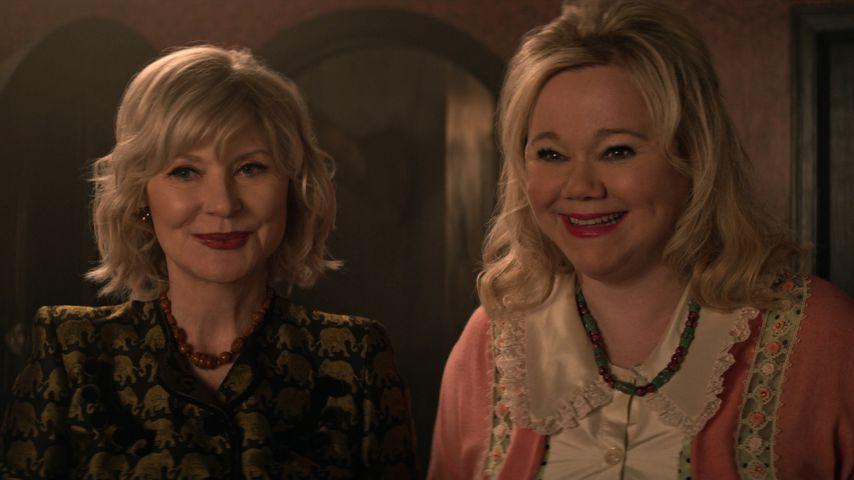 """Beth Broderick als Zelda und Caroline Rhea als Hilda in """"Chilling Adventures of Sabrina"""""""