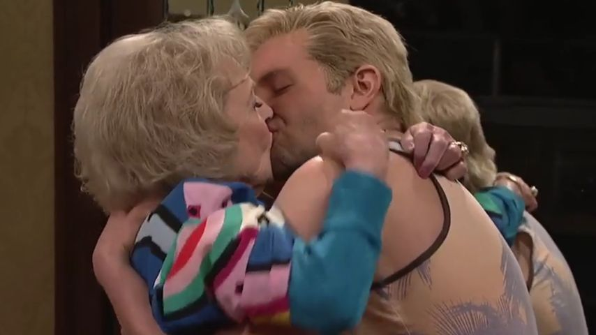 Hot?! Bradley Cooper züngelt mit Betty White