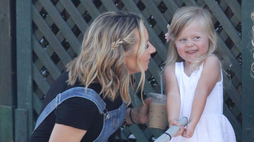 Süß! Beverley Mitchells Tochter wickelt alle um ihren Finger