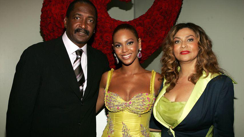 Beyoncé zwischen ihren Eltern Mathew und Tina Knowles bei einem Event im Jahr 2005