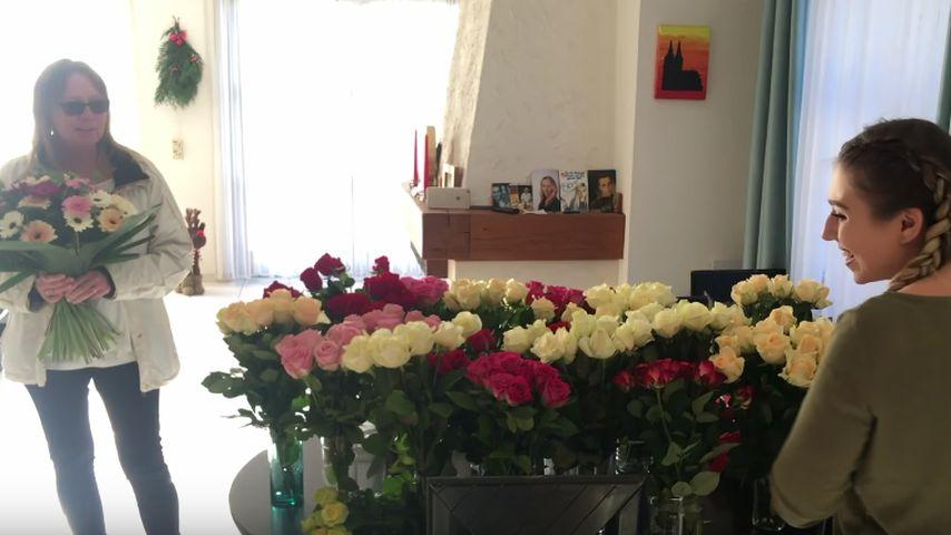 Bibi Heinicke (r.) mit ihrer Mutter und 300 Rosen