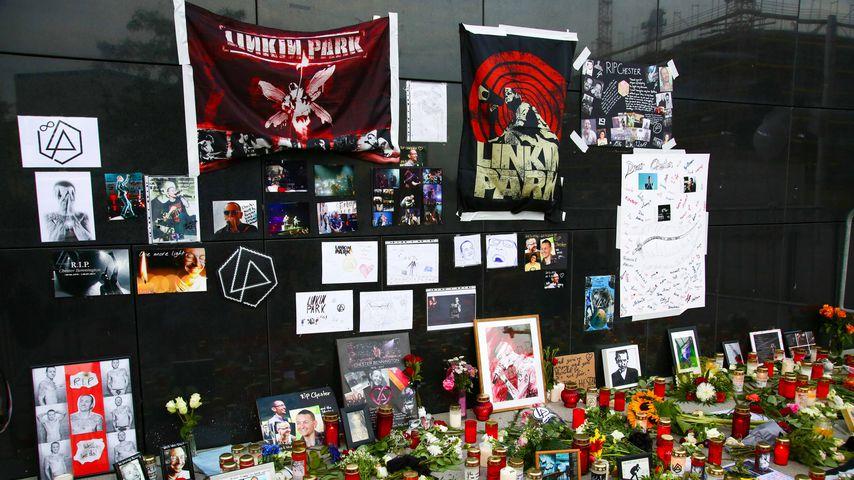 Gedenkfeier für Linkin Park-Frontmann Chester Bennington an der Mercedes Benz Arena in Berlin