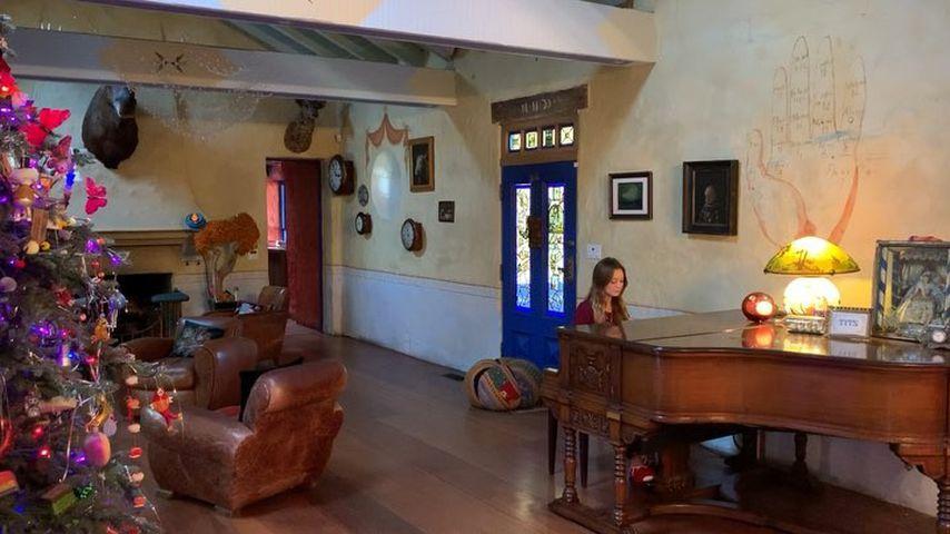 Billie Lourd am Klavier ihres Großvaters