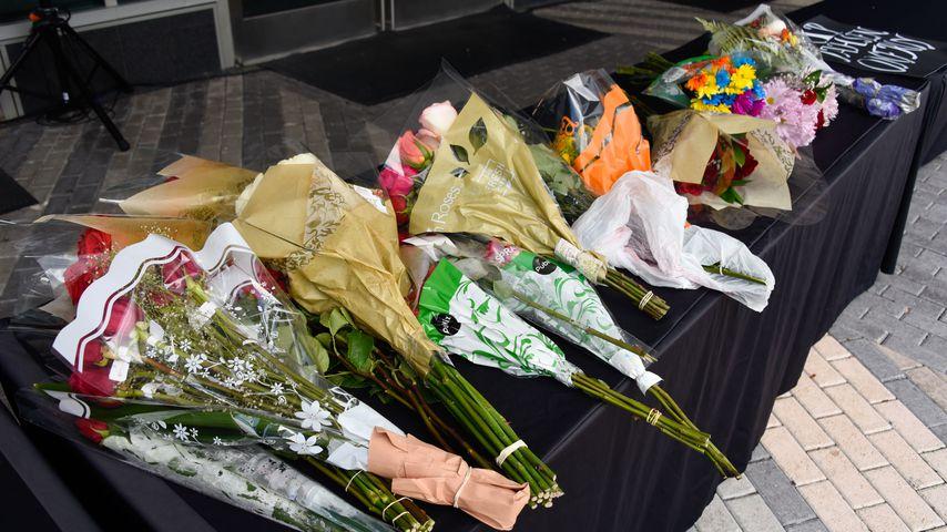 Blumen von trauernden Fans bei XXXTentacions Trauerfeier