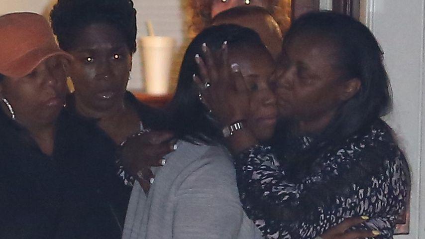 Rührend: Bobbi Kristina wird neben ihrer Mutter beerdigt