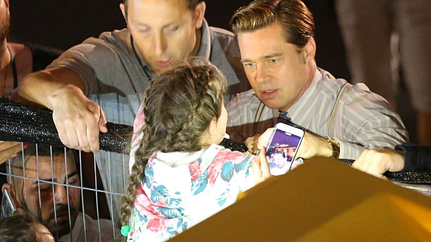 Retter in Not: Brad Pitt schützt Mädchen vor Fan-Gedränge