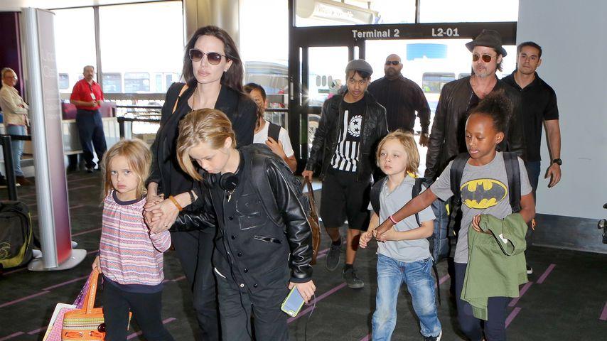 Angelina Jolie, Brad Pitt und ihre Kinder am Flughafen