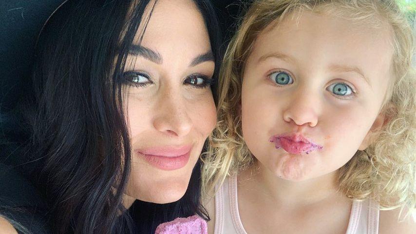 Brie Bella mit ihrer Tochter