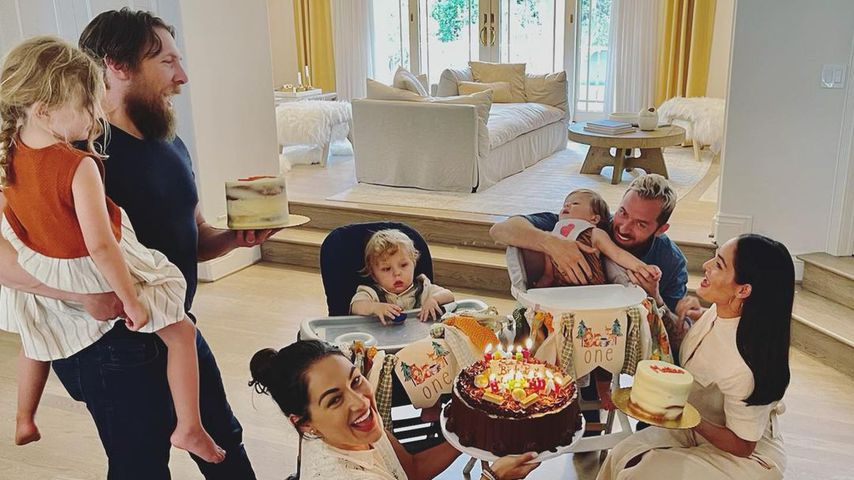 Brie und Nikki Bella mit ihren Familien