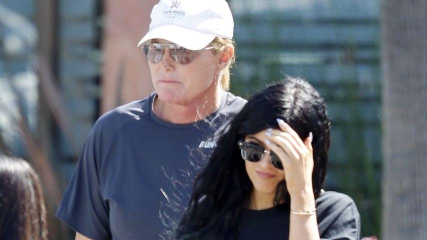 Schämt sie sich? Kylie Jenner hält Abstand zu Papa Bruce