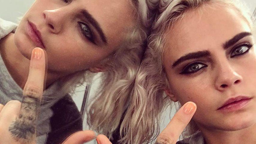 Cara Delevingne mit platinblonden Haaren