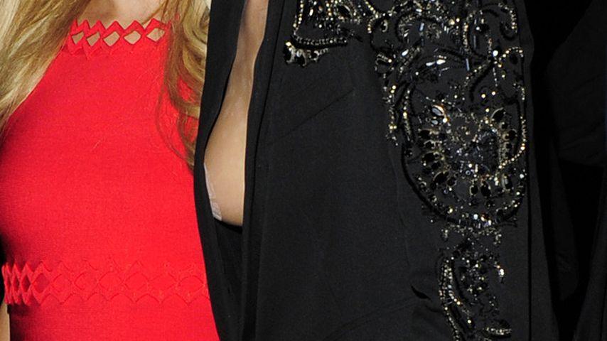 Abgeklebte Brustwarze! Model Cara entblößt Tape