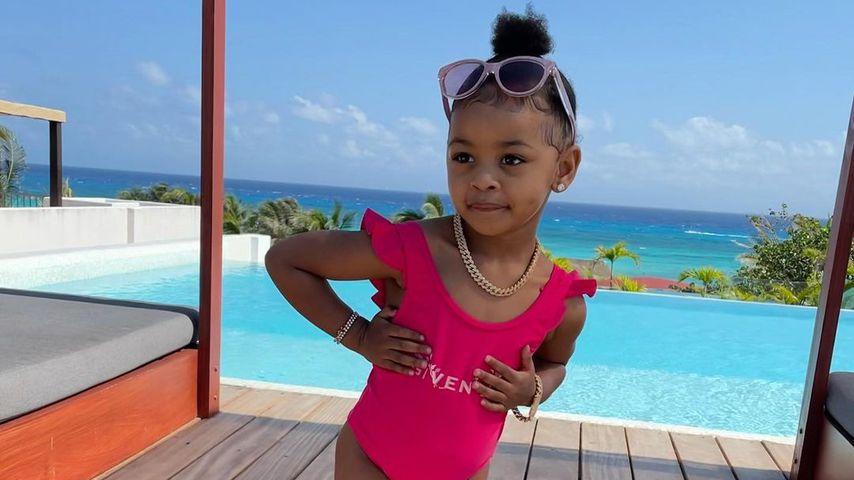 Cardi B's Tochter Kulture neben einem Pool