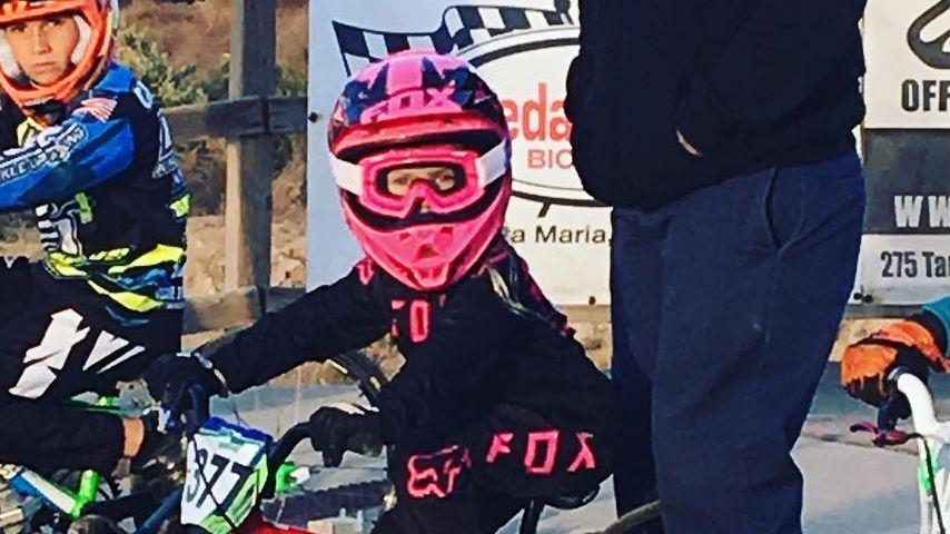 Carey Hart mit Tochter Willow am Start ihres ersten BMX-Rennens