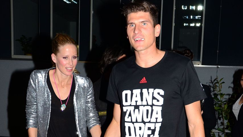 Carina Wanzung und Mario Gomez bei einer Party von FC Bayern im Juni 2013