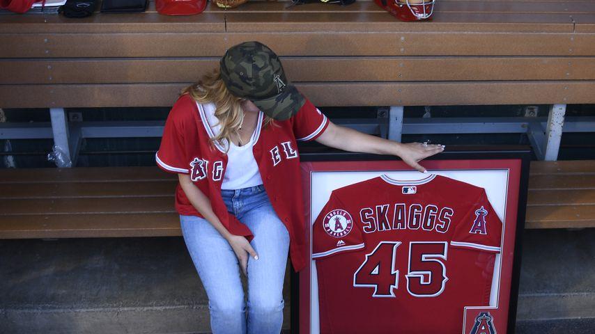 Carli Skaggs mit dem Trikot ihres Mannes Tyler