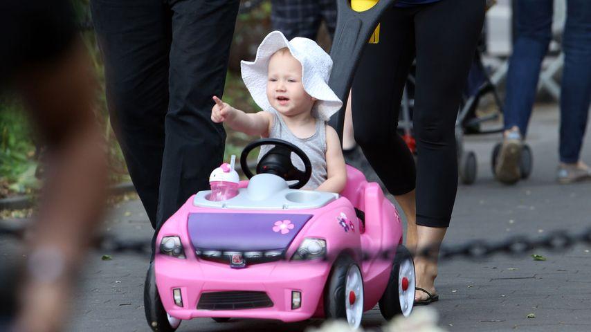 Süßer Ausflug: Alec Baldwins Tochter (1) fährt schon Auto