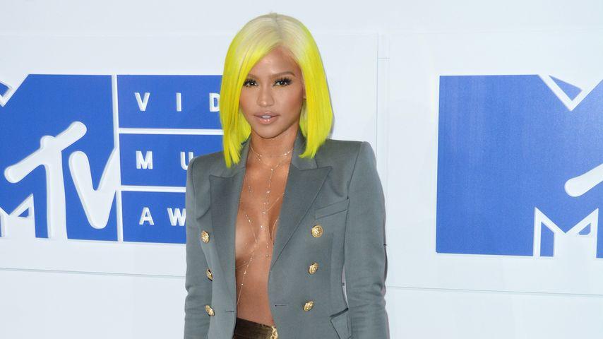 Gelbe Haare, goldene Fäden: Wow-Outfit von Sängerin Cassie