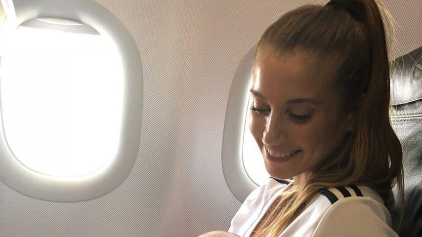 Cathy Hummels und ihr Sohn Ludwig im Flugzeug