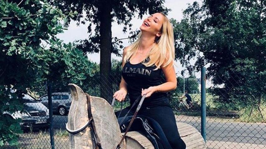 Laszive Reitstunde: Cathy Lugner rekelt sich auf einem Pferd