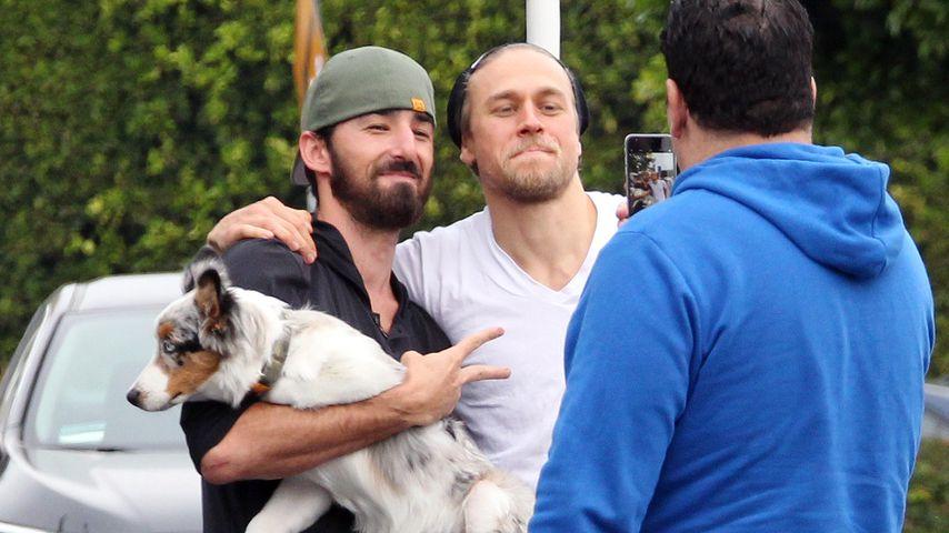Charlie Hunnam mit einem Fan und dessen Hund