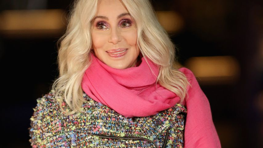 Knaller: Hier zeigt Cher ihre Neon-Füße!