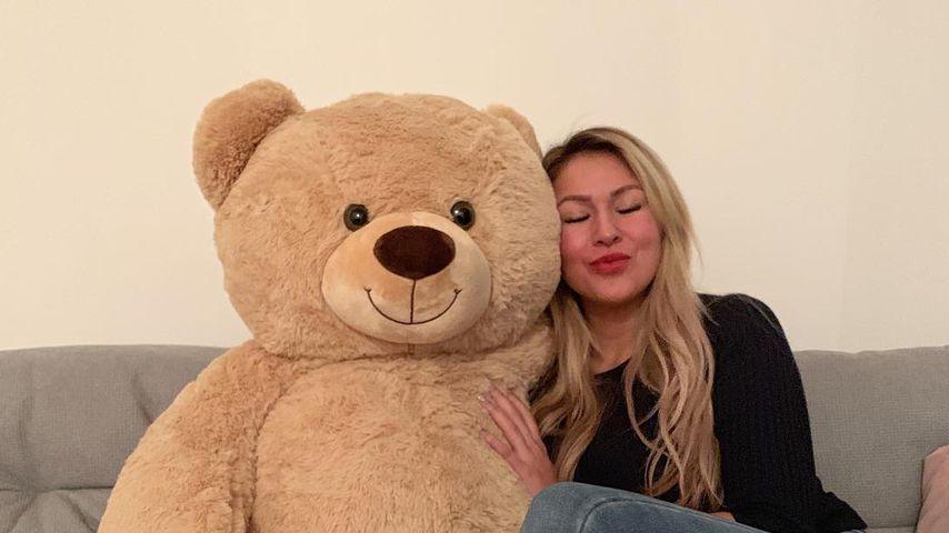 Chethrin Schulze mit einem Teddy-Bär
