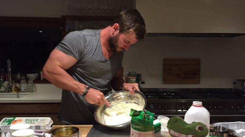 Selbst ist der Mann! Chris Hemsworth backt eine Dino-Torte