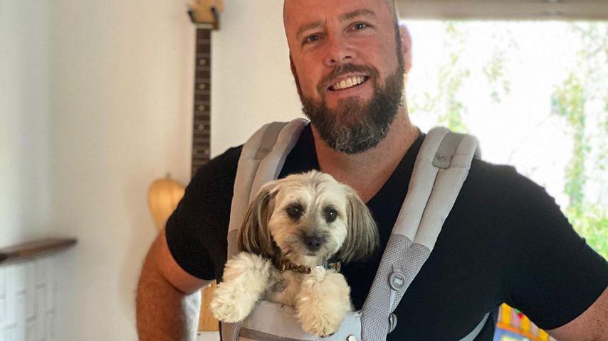 Chris Sullivan mit seinem Hund