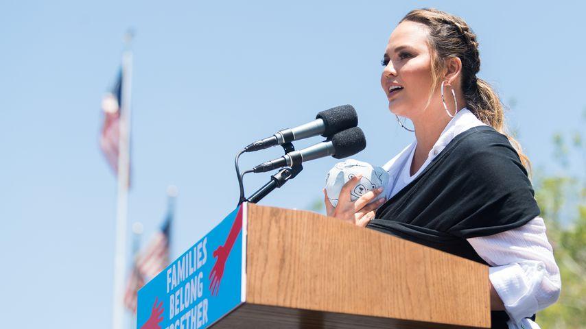 Chrissy Teigen bei einer Kundgebung gegen Trumps Migrationspolitik