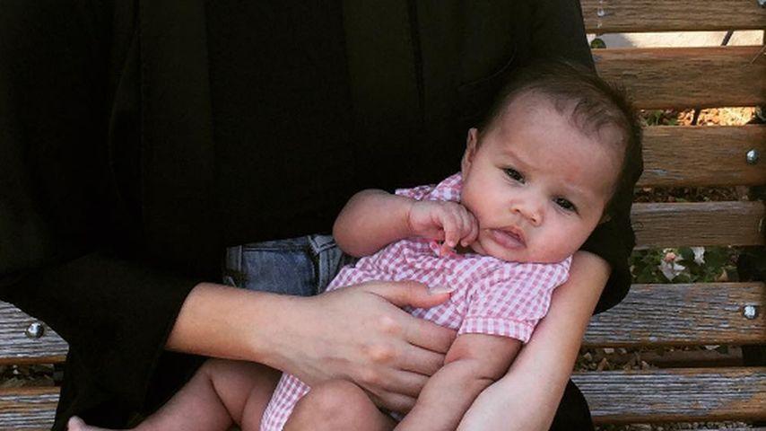 Chrissy Teigen mit ihrer Tochter im Freien