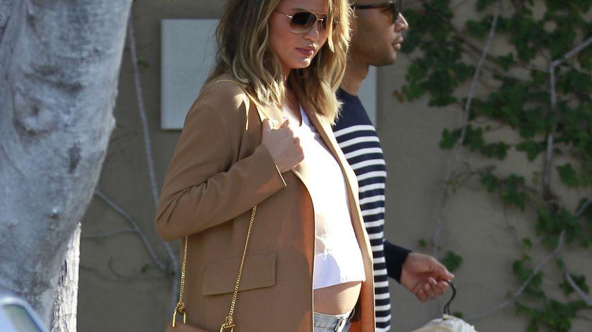 BH-Outfit: Chrissy Teigen shoppt mit nackter Baby-Kugel