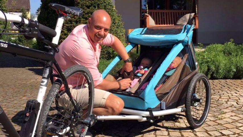 Süße Rad-Tour! Christian Tews kutschiert seine Zwillinge