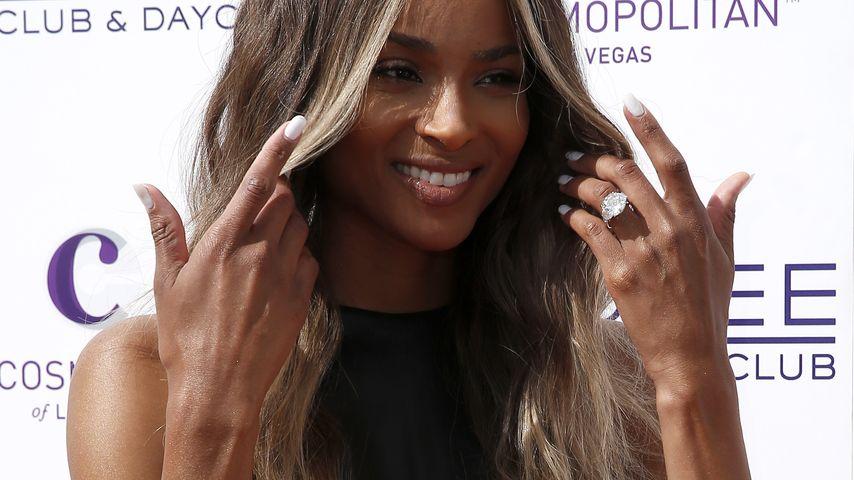 Stolze Ring-Pose: Ciara mit funkelndem Verlobungsklunker