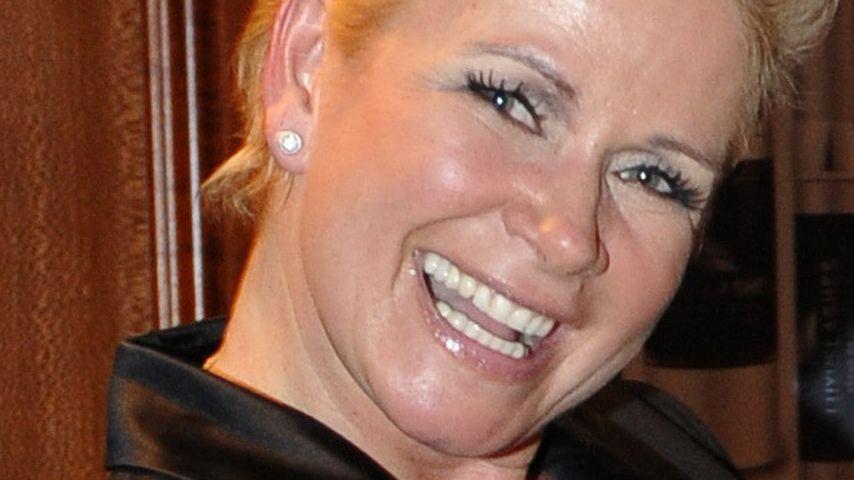 Riesige Freude: Claudia Effenberg macht LKW-Lappen