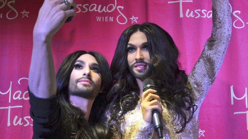 Huch! Hier macht Conchita Wurst ein Selfie mit sich selbst