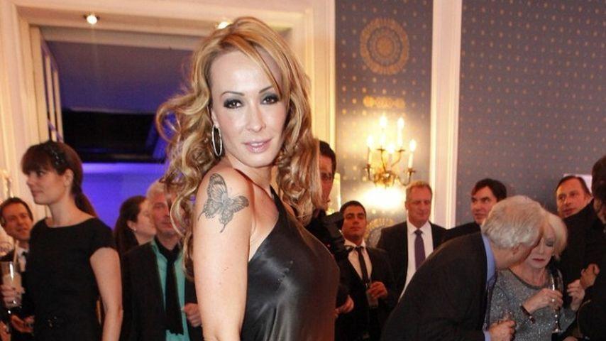 Hier zeigt Cora Schumacher ihr Tattoo