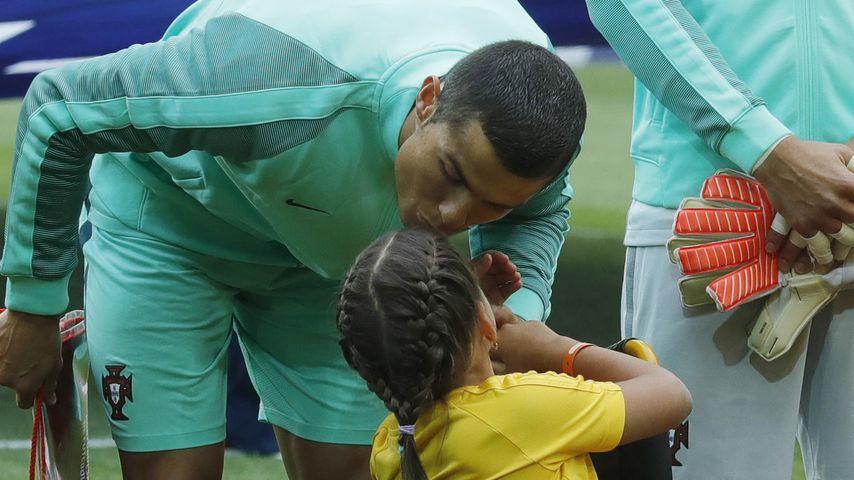 Liebevoller Ronaldo: Einlauf-Mädchen bekommt ein Küsschen