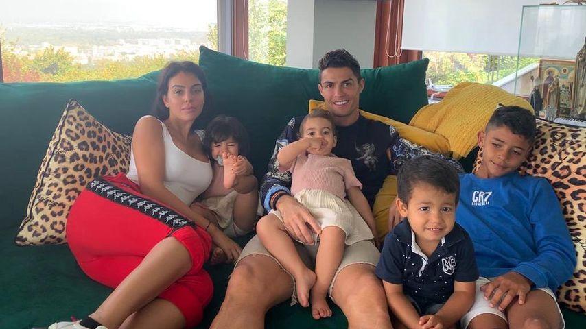 Cristiano Ronaldo mit seiner Partnerin Georgina und seinen Kindern