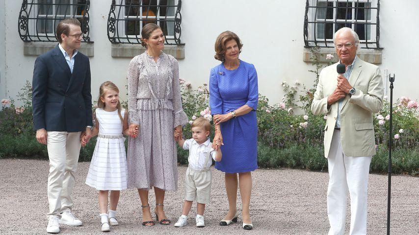 Daniel, Estelle, Victoria, Oscar, Sylvia und Carl Gustaf von Schweden auf Schloss Solliden