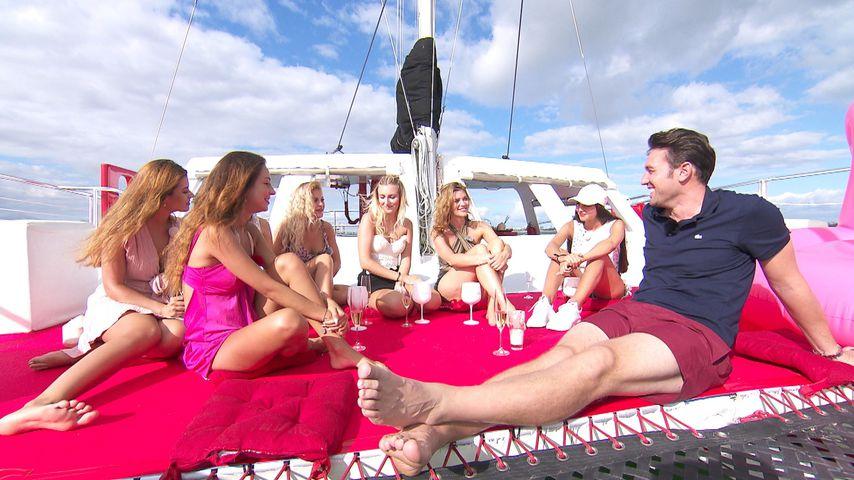 Daniel Völz mit Maxime, Kristina, Michelle, Jessica, Nadine und Yeliz beim Bachelor-Gruppendate
