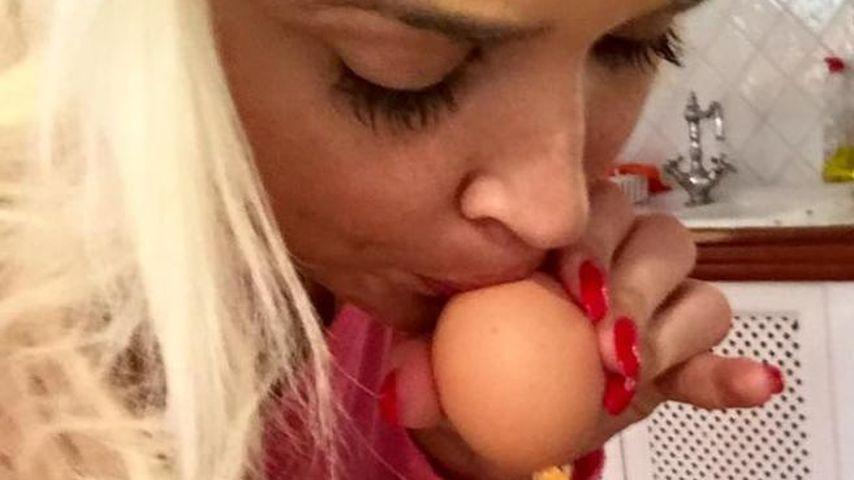 Oster-Vorbereitung: Daniela Katzenberger pustet Eier aus