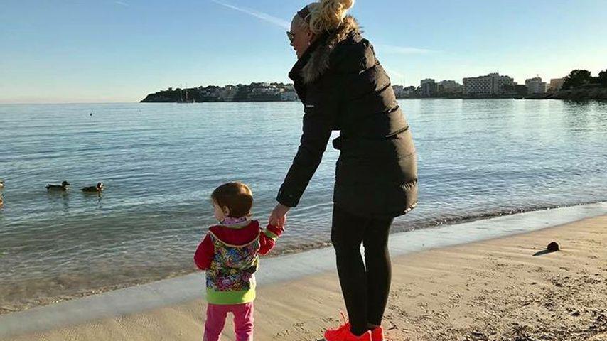Daniela Katzenberger mit Töchterchen Sophia am Strand
